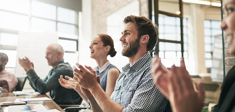 Die schulende Einführung basiert darauf, die Mitarbeiter des Kundenunternehmens ab dem ersten Tag des Einführungs-Prozederes in die Entwicklung des ERP-Systems miteinzubeziehen.